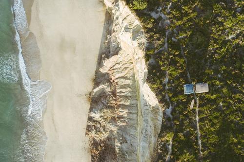 Lange Rover 90 Coolnvintage vue aérienne en bord d'océan