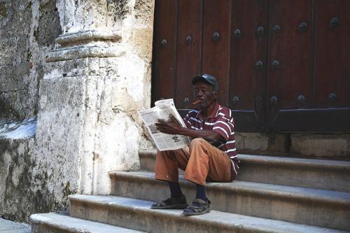 Vieux cubain fumant un cigare