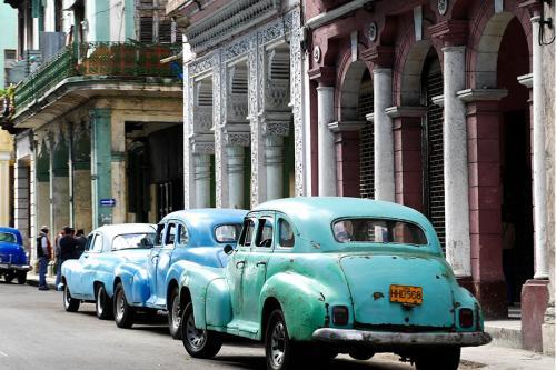 Vieilles voitures dans les rues de la Havane