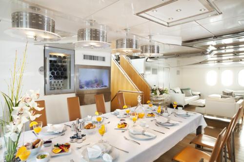 Petit déjeuner sur un bateau de luxe